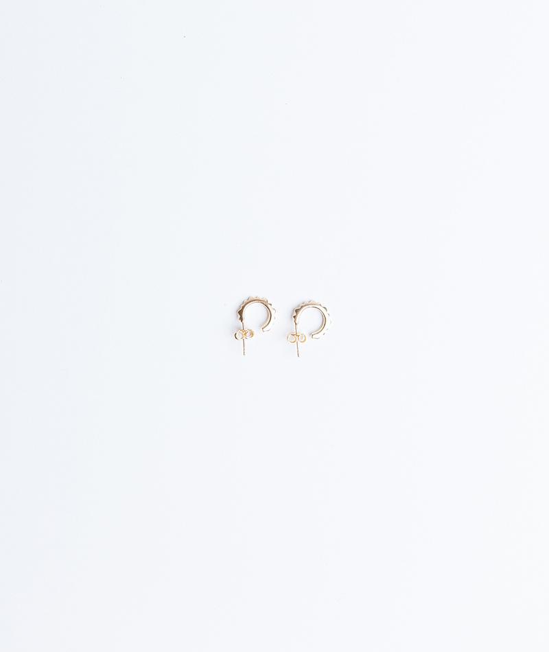JUKSEREI Pyramid Ear Stud gold