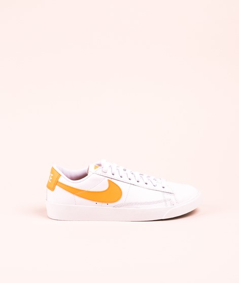 NIKE Blazer Low Sneaker white/ fuel orange