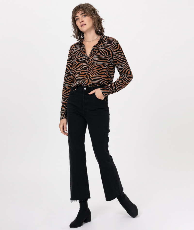 LEVIS Ribcage Crop Flare Hose on the rock