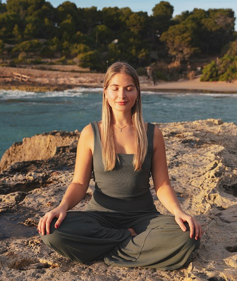 PREORDER! KDG x Charlotte Weise Yoga Top aus LENZING™ ECOVERO™