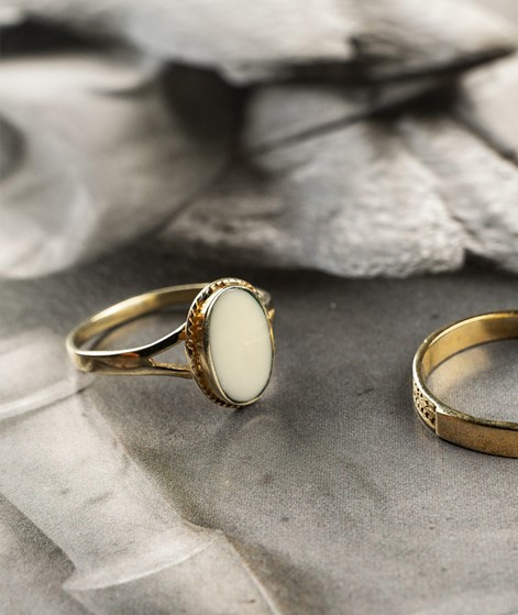 FLAWED Oval Souvenir Ring creme