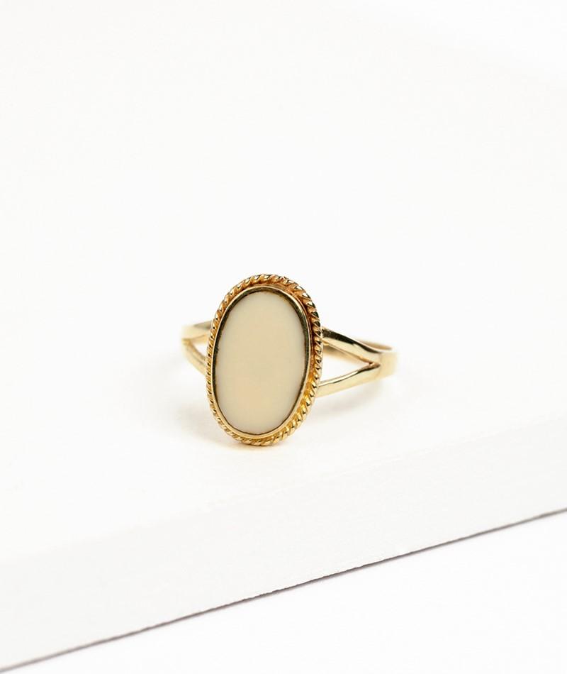 FLAWED Oval Souvenir Ring creme